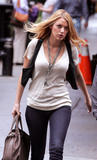 th_07085_Blake_Lively_on_the_set_of_Gossip_Girl-006_122_146lo.jpg