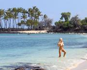 Кендра Уилкинсон, фото 983. Kendra Wilkinson - wearing a bikini in Hawaii 03/02/12, foto 983